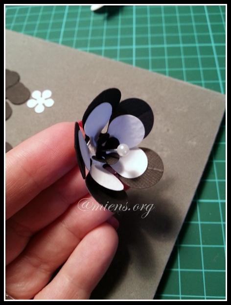 Montera blommor på en knappnål