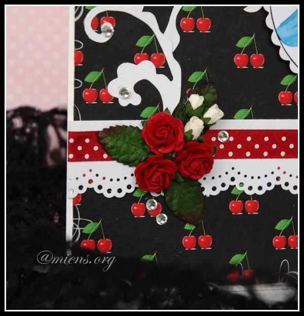 Tre röda rosor, vit rosknoppar och glittriga blingstenar