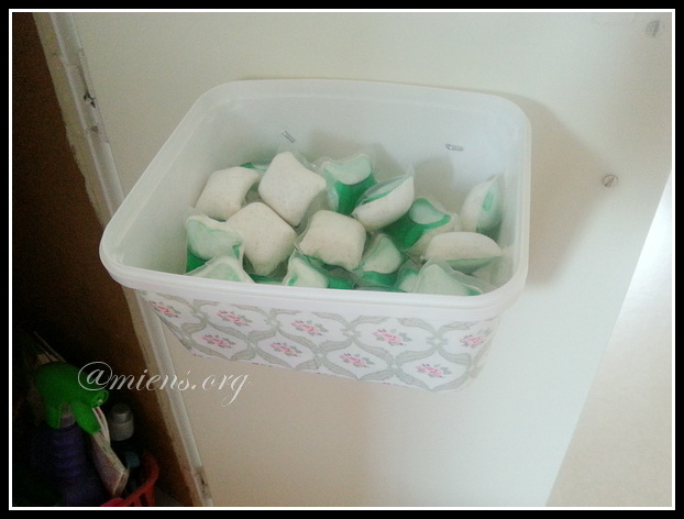Låda för diskmedelskuddar dekorerad med decoupage - Med kuddarna på plats